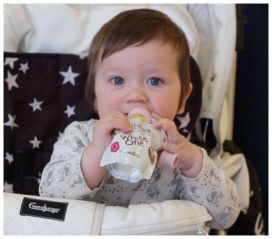 Vauva syö välipalapussia imukorkilla