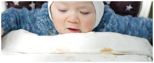 Vauva syö välipalapussia ilman Vaapero imukorkkia