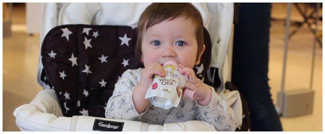 Vauva syö vaapero imukorkilla välipalapussia